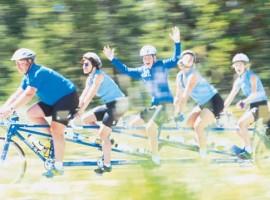 Met de familie wielrennen op een tandem van Santana