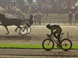 Hoogerland verliest sprint van paard – video
