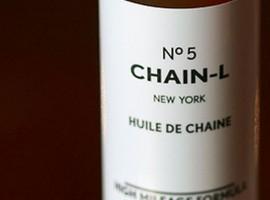Stijlvolle ketting olie: Chain-L No 5 (huh, Chanel No5?)