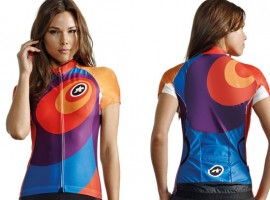 Assos viert 2013 met beetje vreemde maar gekleurde dames wielershirts