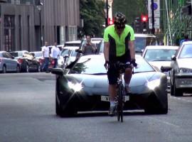 Hoe een racefiets en een Lamborghini elkaar kunnen irriteren