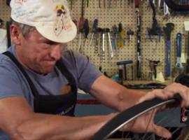 Armstrong werkt nu als fietsenmaker… video