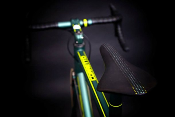 Baum Coretto 2014 Le Mans Aston Martin with Campagnolo's 80th anniversary Super Record groupset and wheels | Racefietsblog.nl
