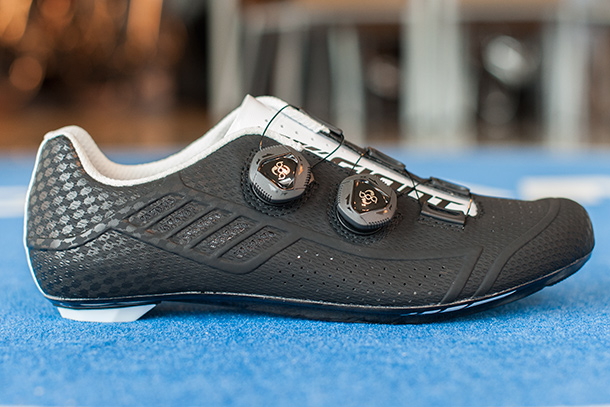 The new Giant Conduit road shoes which come in a black and a white edition | Racefietsblog.nl