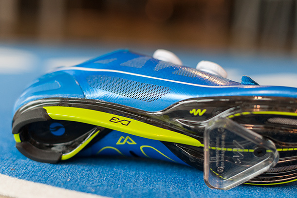 Giant's all new Surge road shoes come in blue, black and white | Racefietsblog.nl