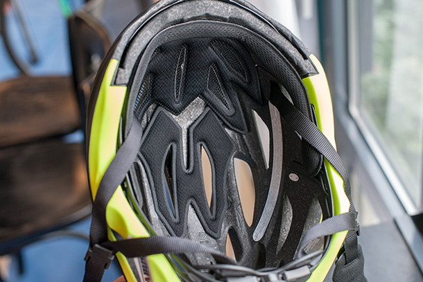 Abus In-Vizz helmet with integrated visor! | See the full review on Racefietsblog.nl