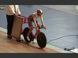 Bridie O'Donnell pakt werelduurrecord in Adelaide – video
