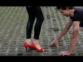 Sagan doet gek als Danny uit Grease – video