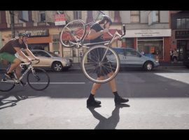 Als een kind zo blij op je fiets – video