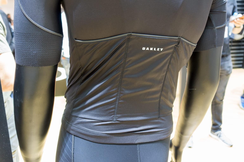 ... bijbehorende jersey. Bij de Road collectie hoort ook de Road Jacket en  vest. Beide zijn heel dun 4f71bfbc8