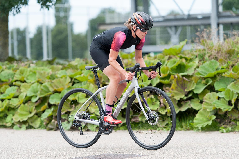 8ab0d89d43a De zilver-metallic lak van deze racefiets schittert me tegemoet, iets waar  ik als vrouw blij van word. En eens een niet zwarte fiets, dat trekt  sowieso al ...