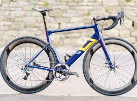 De primeur van de 3T Strada teamfiets van Aqua Blue Sport