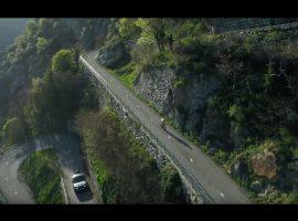 Wielrenner tegen autocoureur op de Les Lacets de Montvernier – video