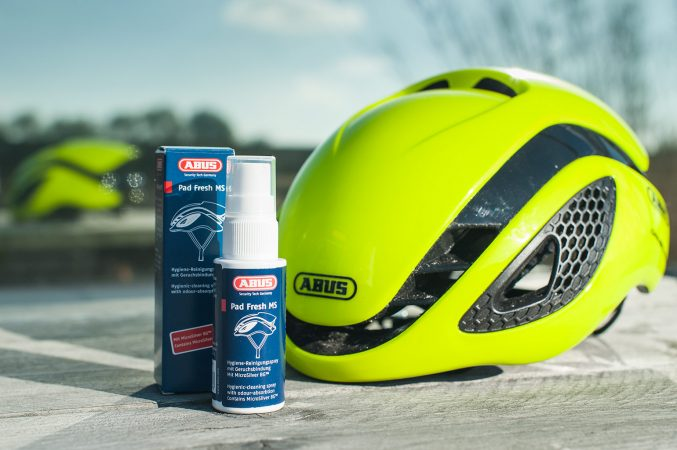 Fris je helm-pads op met de ABUS Pad Fresh spray