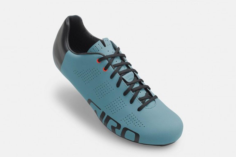2b78786a22c De schoen heeft een klassieke uitstraling en is te verkrijgen in vijf  verschillende kleuren. De Frost Reflective vind ik wel een erg mooie kleur  is.