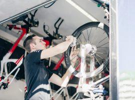 """Interview Pim Heemskerk, mechanieker Team Sunweb: """"Tijdens de koers ben ik druk met alle drie de radio's"""""""