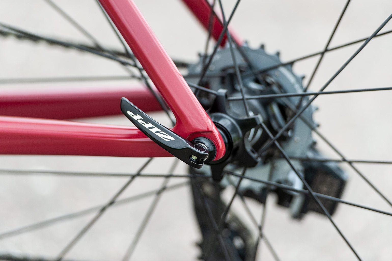 Het voordeel van velgremmen: minder aan je fiets en het Zipp logo blijft mooi