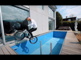 Fabio Wibmer fietst door zijn huis – video
