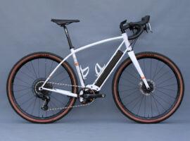English Cycles maakt een ongewone combi: e-gravelbike met staal frame